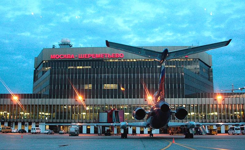 Самолет у аэропорта Шереметьево